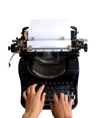 5321311-mains-sur-un-clavier-vieille-machine--crire